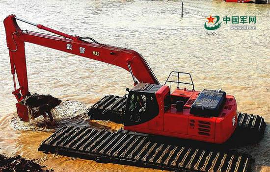 原文配图:武警交通部队研发的新型湿地挖掘机,可水陆两用。