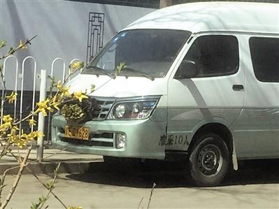 """3月29日,八宝山殡仪馆西侧,有""""黑殡仪车""""停泊路边。"""