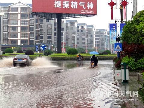 4月2日,湖南麻阳县出现雷雨冰雹天气,道路积水。(摄影:李佳蔚)