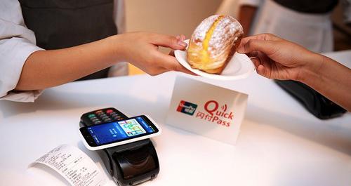 """大家都知道使用银行卡刷卡买单,又要等刷卡又要等签名,比现金结算花费时间更久。因此我们去超市结账的时候,常常看到一条现金快速通道,可以避开刷卡的队伍快速结账。不过,这个认知从4月起就要改变了。银联日前宣布,从4月1日起,用银联芯片信用卡""""闪付""""挥卡消费,在指定商户300元以下无需输密码和签名。"""