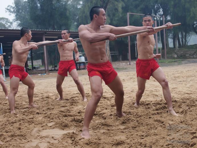 """克日,台湾戎行""""海龙蛙兵""""教员在金门营区停止根本技能锻炼。台媒称,名目囊括根本体能、搏斗与水域战技等3类16项,进程艰苦,充斥应战。"""