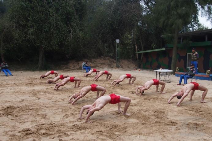 台军特种兵锻炼秀肌肉 光肩膀只穿红内裤