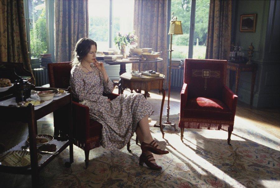 """20世纪20年代,作家伍尔夫指出女人应该有勇气有理智地去争取独立的经济力量和社会地位。她认为,一间自己的屋子,以及每年五百镑的收入,是创作的基本条件。""""一间自己的屋子""""自此成为经典隐喻。图为妮可·基德曼在电影《时时刻刻》中扮演伍尔夫。"""