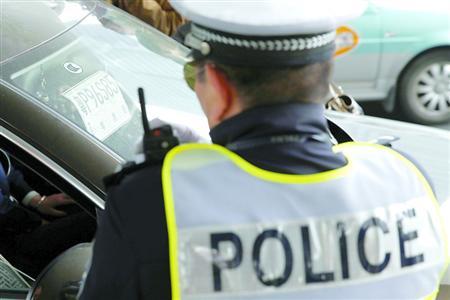克日,杨浦交警在五角场贸易区整治吊挂外省市暂时号牌的车辆。 /晨报记者 殷立勤
