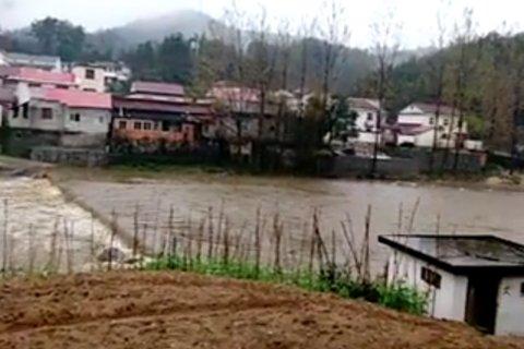 �l生事故的撞�河。��地村民供�D