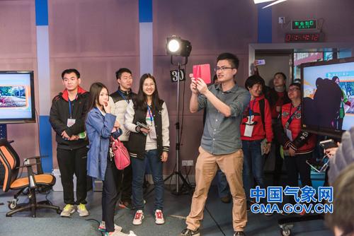 网友参观气象影视中心,与天气主持人互动。