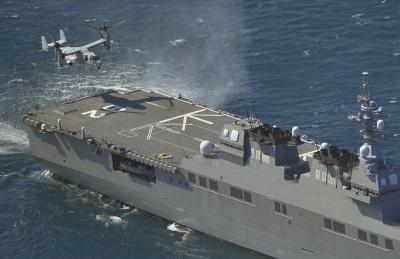 """2014年10月,美军""""鱼鹰""""运输机准备在日海上自卫队""""伊势""""号上降落。图/东方IC"""