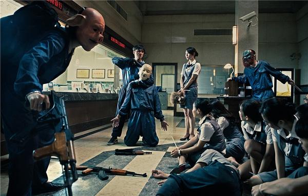 电影中,三个好兄弟因为要扩充火锅店门面,意外挖开一个洞,闯入了防空洞上的银行金库