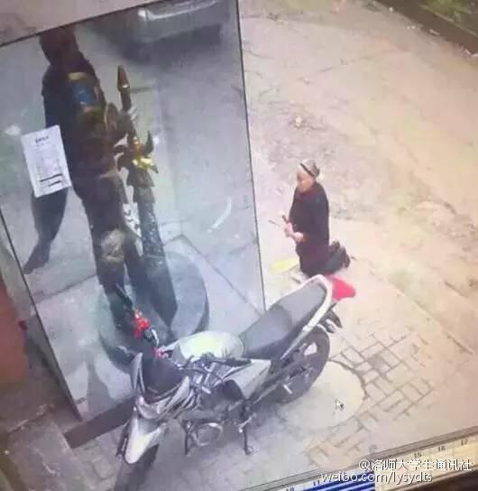 2016年4月7日,克日一组图像走红,相片里一名老奶奶在网吧门口膜拜一网游人物的雕像。雕像看上去与关公像有些类似,白叟错当做关公像,很忠诚地对着LOL中的人物盖伦像膜拜。