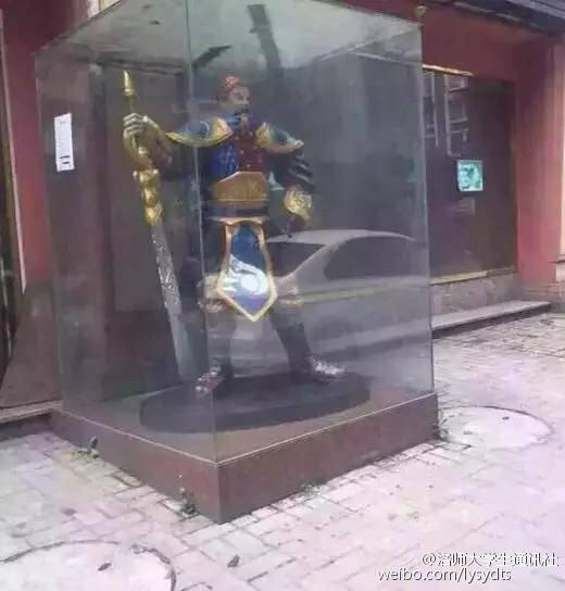 图为网吧门口的游戏雕像。