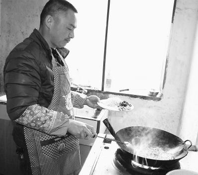 庄跃福正在制作冬笋冻。