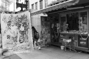 黉舍左近的报刊亭,有一局部有发售如许的言情小说 当代快报记者 徐洋 摄