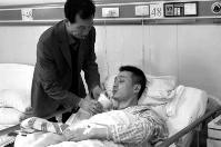 华商报讯(记者 杨德合)两拨人打斗,当一女子拿出菜刀砍向另外一方时,31岁民警范昕鑫决然冲了上去徒手夺下菜刀,胜利处理一场危急,但本人的手臂却被砍伤,动脉血管、神经、肌腱开裂。