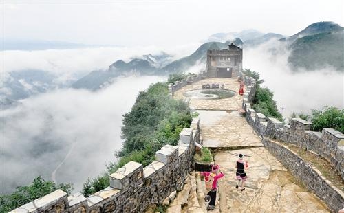 渝东北区域旅游协作联盟成立以来,重庆的万州、开县、云阳等区县在区域旅游整体营销等方面形成合力。图为云阳县龙缸国家地质公园景区的老寨子景点。经济日报记者 吴陆牧摄
