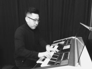 庞渤沉醉在双排键电子管风琴演奏中图片