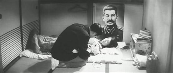 (片中著名的在斯大林画像前做爱的场景)