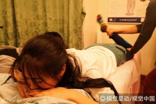薛凯琪忍痛进行腿部复健