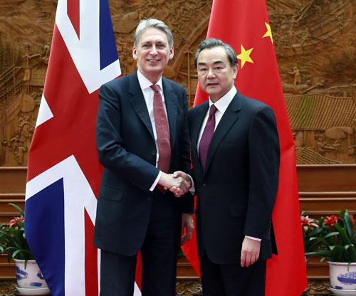2016年4月9日,外交部长王毅在北京会见英国外交大臣哈蒙德。