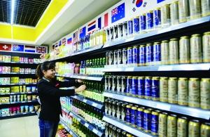 4月8日,作业人员在河北石家庄桥西区一家入口货物直购核心内摆放货物。新华社发
