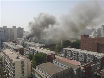 昨日,北京海淀区红联南村小区施工工地挖断燃气管道,造成爆炸引发居民楼火灾,致1死2伤,发生爆炸起火现场浓烟滚滚。CICPHOTO/总汇 摄