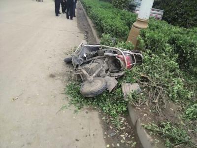 8日早上,杨玉忠被撞倒的电动车仍躺在路边,原处的厢式货车即是颜岗岗的车。受访者供图