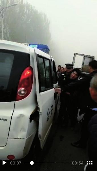 颜岗岗(圆圈处)被民警扭送上警车。视频截图