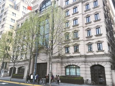 外滩8号的金延大楼,也成为了中晋系的办公场合,4月9日,门口仍有出资者汇集