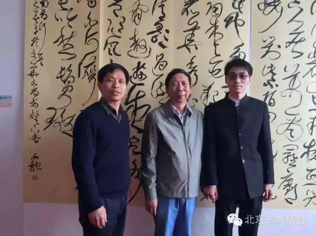 南阳市政协主席刘朝瑞(中)在著名书法家张青山(左)先生的陪同下参观展览