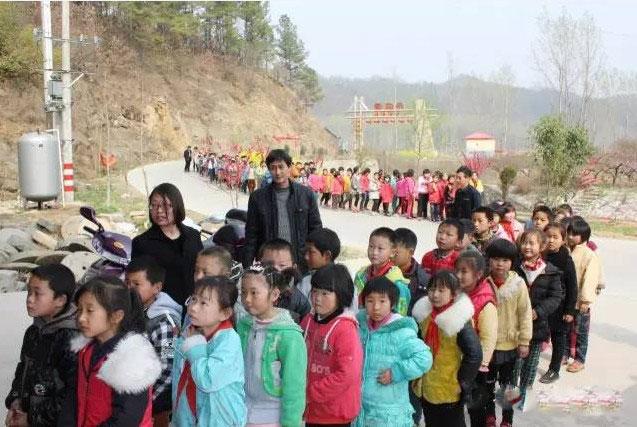 展览第二天,杨店小学校长亲自带队组织学生前来参观学习