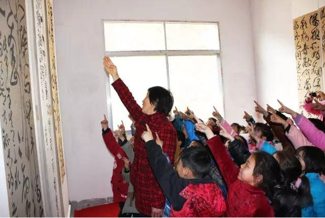 学生们一一朗读,学习热情感染着在场的每一个人