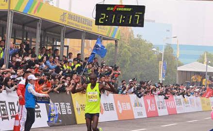 首届汉马全程男子组冠军诞生!来自肯尼亚的MAIYO获得冠军,历时2小时11分。