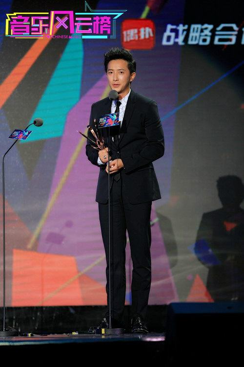 音乐风云榜盛典韩庚领奖