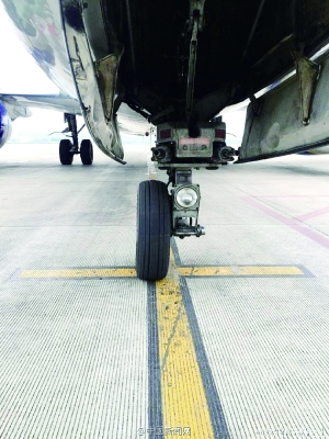 新华社南宁4月11日新媒体专电(记者 覃星星)记者从广东北宁机场知道到,11日午时12时许,一架归于泰国东方航空的航班下降南宁机场后审查发觉,飞机的一个前轮掉落。