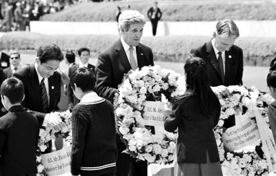 美国国务卿克里(中)在日本广岛战争留念公园向原枪弹爆破遇难者慰灵碑献花 供图/IC