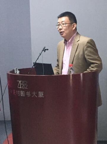 上图:本书作者陈刚教授在演讲中