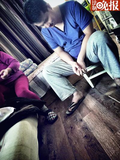 35岁的林智如今靠着母亲每个月两千多元的退休金与其相依为命。他说脚上的牛皮癣是在与父亲居住时因环境太差患上的 摄/记者 柴程