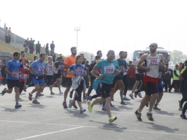"""新华社北京4月12日电4月10日,第29届平壤""""万景台奖""""国际马拉松竞赛在平壤举办,超越1000名本国选手和约800名朝鲜选手加入了竞赛。新华社驻平壤分社记者报名加入了专业组半程马拉松竞赛,体会了一把在野鲜路跑纷歧样的兴趣。"""