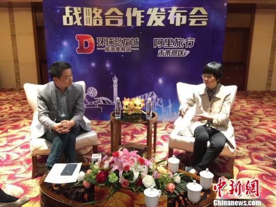 李文凯(左)、常州恐龙园股份有限公司总裁许晓音(右)接受媒体