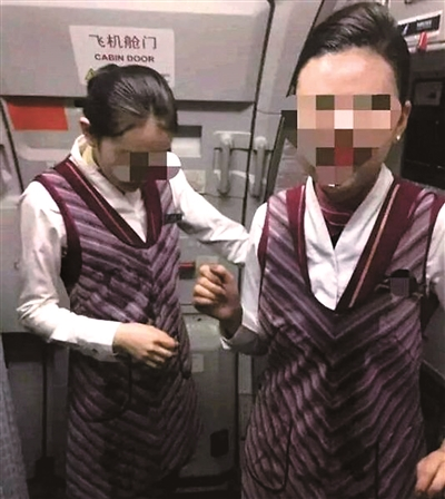 4月10日晚,南航北京飞广州的航班上,一位女子因对空姐效劳不满,将水泼向两名空姐,并对其停止唾骂。白云机场公安经查询取证,确定女子公开侮辱别人,对其依法处以行政扣留三日。