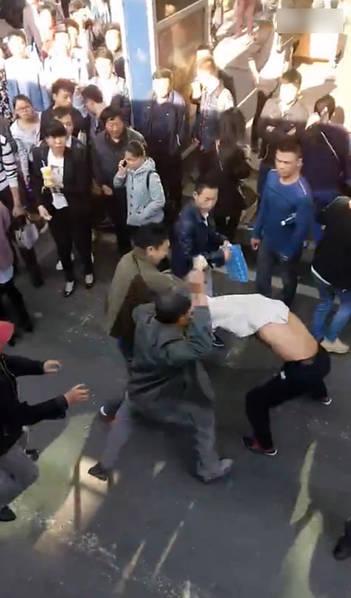 图为现场,男子和老人对打。