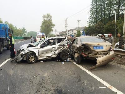G328仪征段3车相撞7人受伤 可能因前车爆胎引发追尾事故