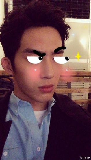 """井柏然晒照搞怪昨日,井柏然在微博晒出搞笑自拍照。照片中,他将自己的眉毛眼睛P成漫画,这使得""""画风""""一转,让帅气的自拍变得搞笑。"""