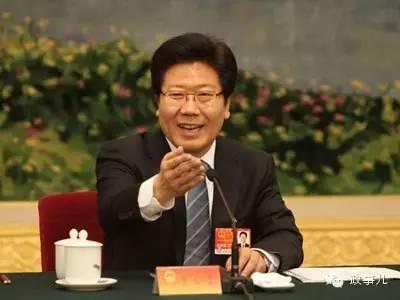 早前的交通部长履历,使得张春贤更能看到实施西进战略中新疆交通设施的不足。