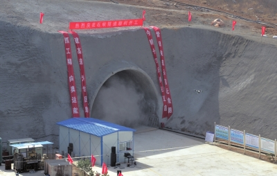 爆破后的烟尘飘出洞口。京华时报记者王海欣摄