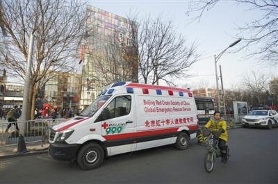 2015年12月,北京三里屯,一辆救助车停在警车旁。下月起,北京救助车运用费将履行一致标准,3千米内(含)50元。图/CFP