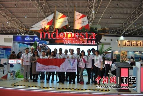 """据了解,印尼作为本次交易会金牌赞助商在展会期间受到广泛关注。印尼位于马来西亚和澳洲之间,由17508个岛屿组成,素有""""千岛之国""""的美誉,是全世界最大的群岛之国。印尼拥有多样化的文化、民族和语言。对于印尼这个国家来讲,旅游是重要的支柱产业。目前,印尼凭借得天独厚的旅游资源,正在打造旅游业方面的竞争优势。"""