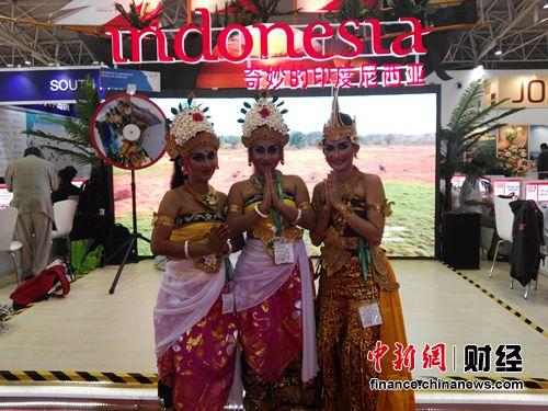 """""""旅游作为纽带联接了中国,加强了两国人民文化的交流,为了吸引更多的中国游客前往印尼旅游,印尼推出了很多的便利政策,比如说免签政策以及鼓励当地的运输企业提供更优质的服务,还有多开通一些直飞的航班等等,今后印尼尤其要加大雅加达和巴厘岛等大型城市和旅游热点目的地的航班。""""印尼旅游部官员介绍说。"""