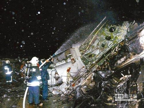复兴航空由高雄飞往澎湖马公的GE222航班,2014年07月23日晚间7时左右坠毁在湖西乡西溪村。图为警消、军方动员冒雨扑灭飞机火势。(图自台湾中时电子报)