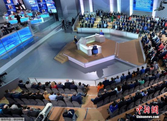 """在今年的""""直播连线""""开始,普京首先谈到了俄罗斯经济现状,并表示2017年俄罗斯经济有望出现1.4%的增长,俄高科技产品出口增加,国际储备则已回到2014年初的水平。"""