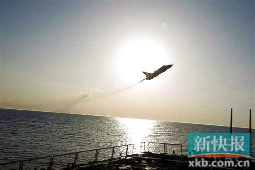 随后,苏-24在舰尾拉升。